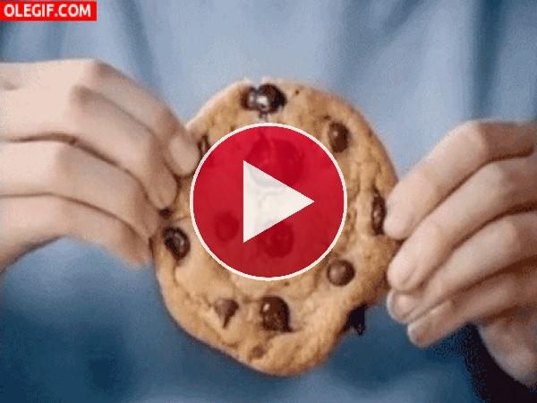 Partiendo una cookie recién horneada