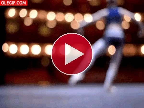 Bailarina ensayando en el escenario