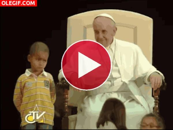 Este niño esta cansado de estar junto al Papa Francisco