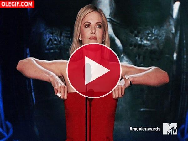 GIF: A Charlize Theron se la cae el vestido