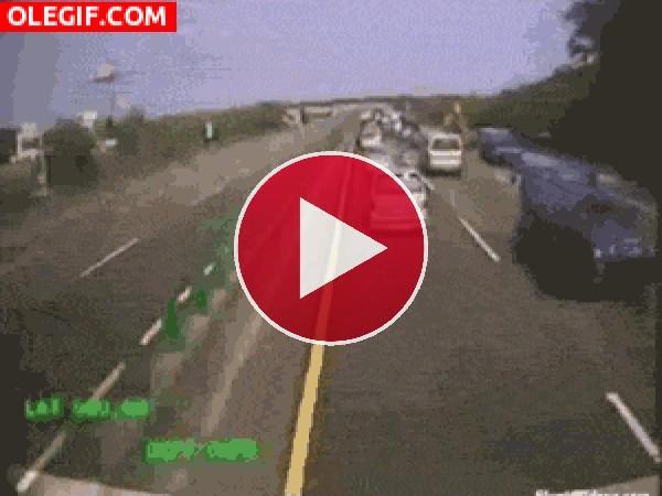 GIF: Camión arrasando en la carretera