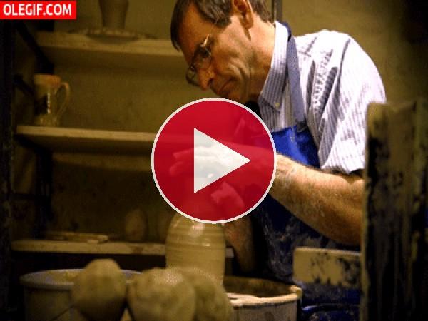 GIF: Alfarero haciendo una vasija