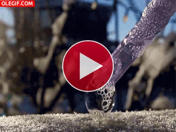 GIF: Pompa de jabón congelándose