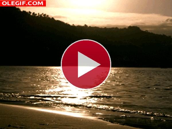Playa en calma al amanecer