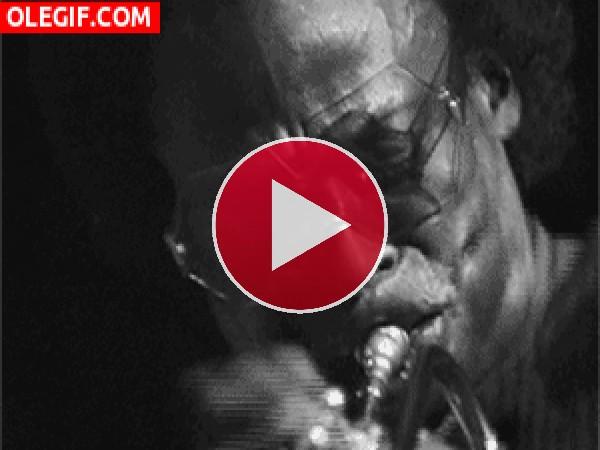 Miles Davis tocando la trompeta