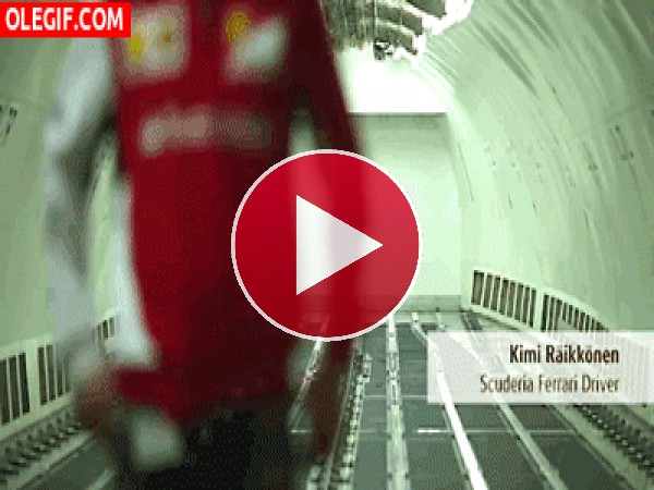 GIF: Kimi Raikkonen no encuentra las llaves del coche