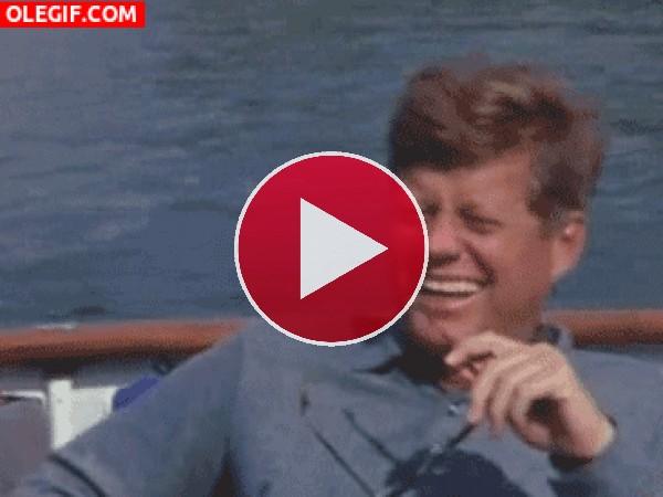John F. Kennedy disfrutando en el barco