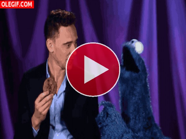 GIF: Tom Hiddleston bacilando al Monstruo de las Galletas