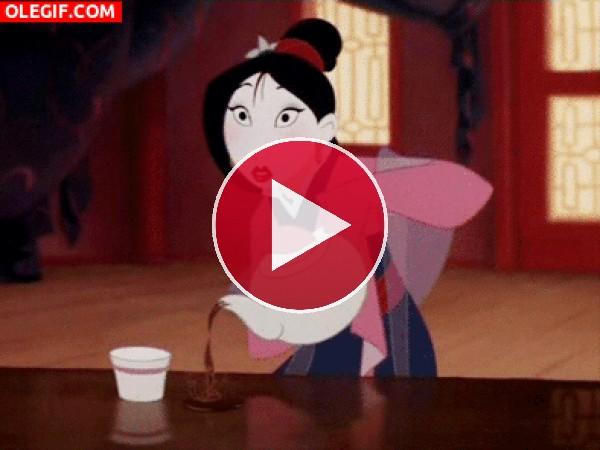GIF: Mulan derramando el Té