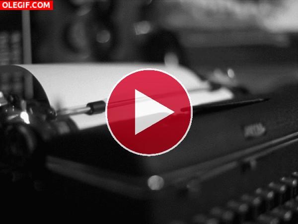 Tecleando en una máquina de escribir