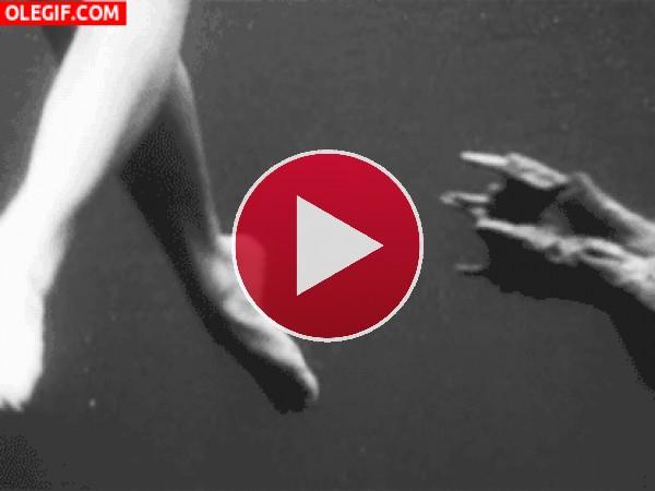 GIF: Monstruo bajo el agua