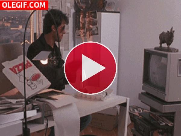 Stallone peleándose con el mando de la tele