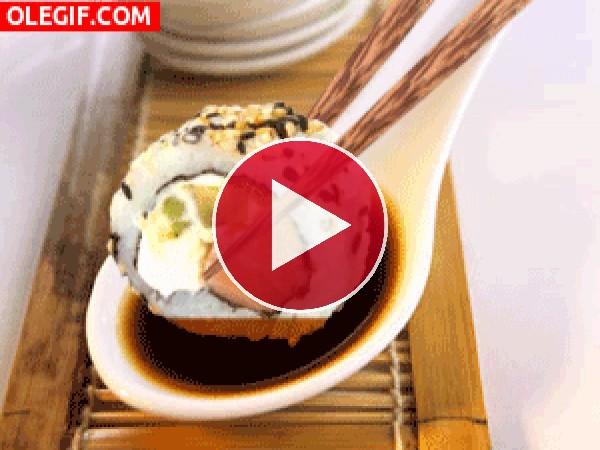 GIF: Mojando un uramaki en salsa de soja