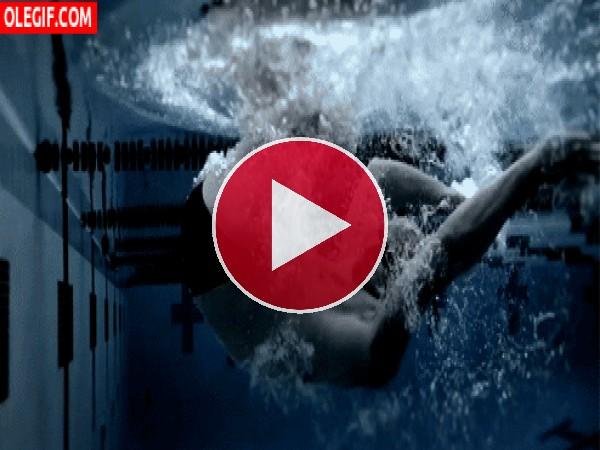Nadador bajo el agua