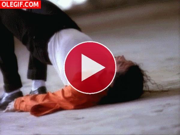 Michael Jackson haciendo abdominales