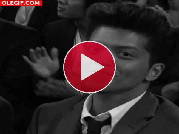 GIF: Bruno Mars guiñándote el ojo