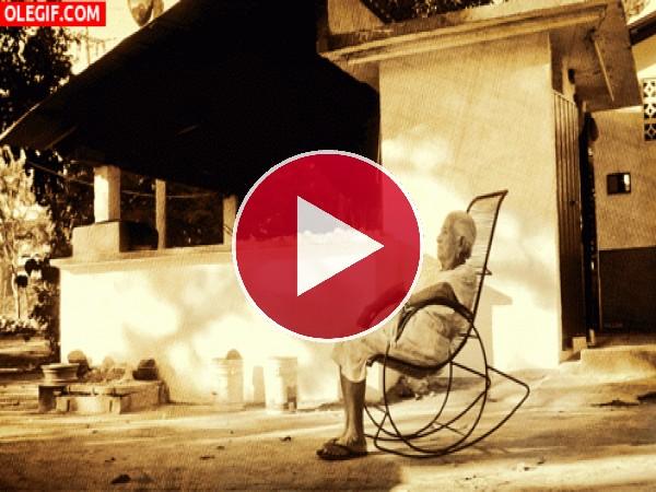 Abuela tomando el fresco en la mecedora