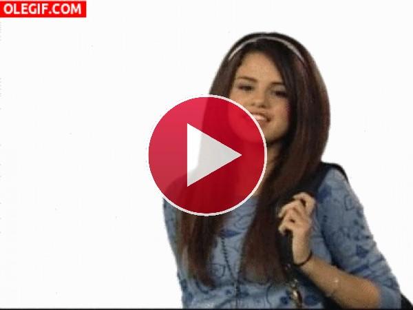 GIF: Selena Gomez dibujando el logo de Disney Channel