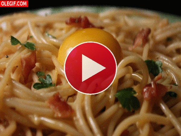 Huevo hundiéndose entre los espaguetis