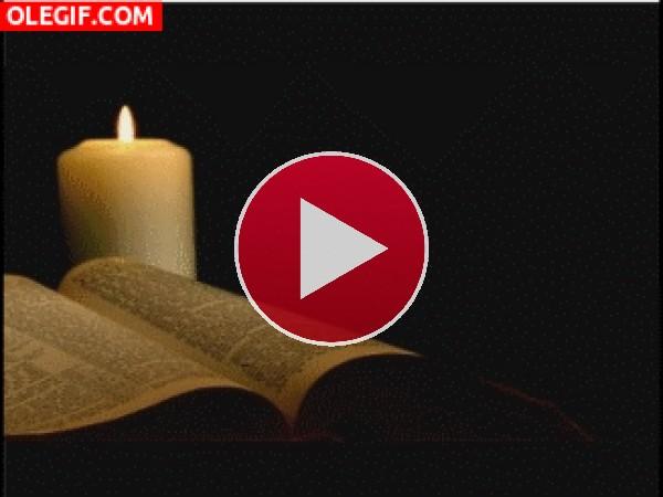 GIF: Leyendo la Biblia a la luz de una vela