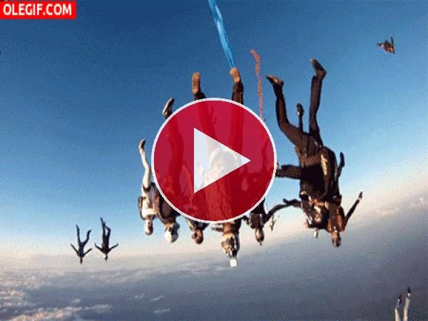 Paracaidistas en el cielo