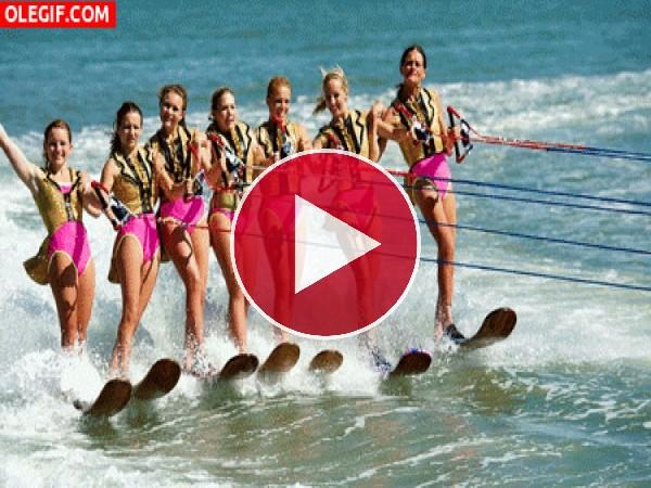 Chicas practicando esquí acuático