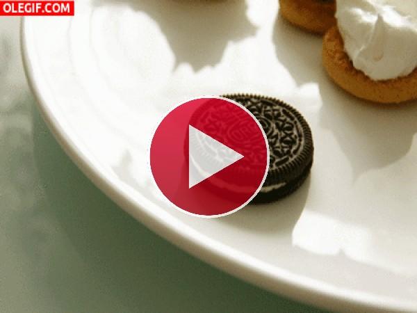 GIF: Comiendo una galleta Oreo