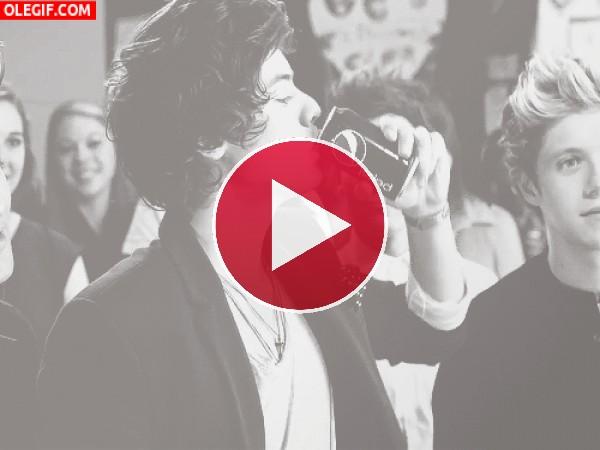 GIF: A los chicos de One Direction les gusta beber Pepsi