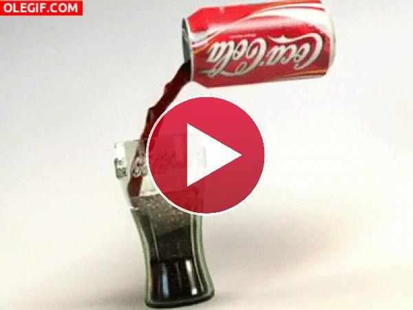 Sirviendo una Coca-Cola
