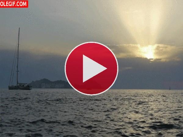 GIF: Un velero en el mar al a manecer