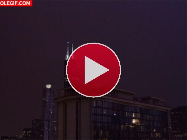 GIF: Relámpagos iluminando la ciudad
