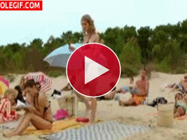 GIF: Luciendo cuerpo en la playa