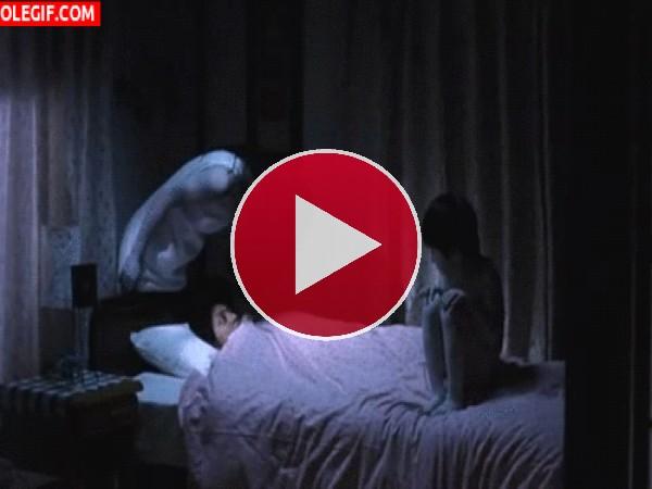 GIF: Parece que hay alguien en mi cama...