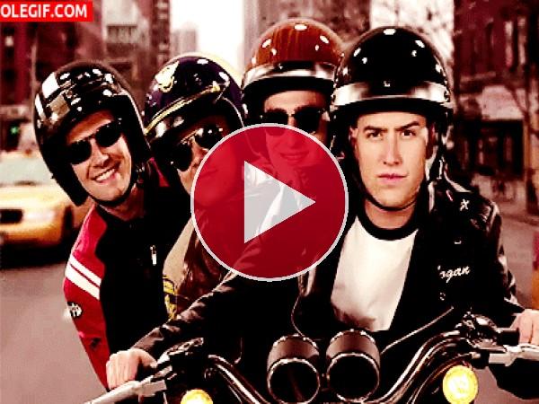 GIF: Big Time Rush viajando en moto