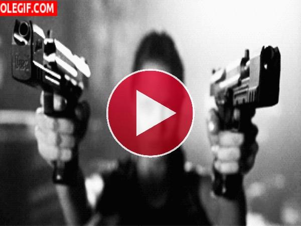 Angelina Jolie con dos pistolas