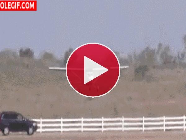 GIF: Mira cómo choca el avión