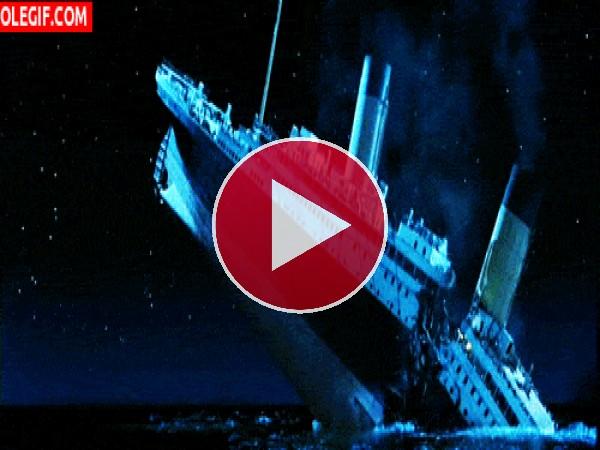 GIF: El Titanic partiéndose en dos