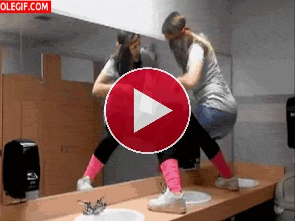 GIF: En el baño no se baila