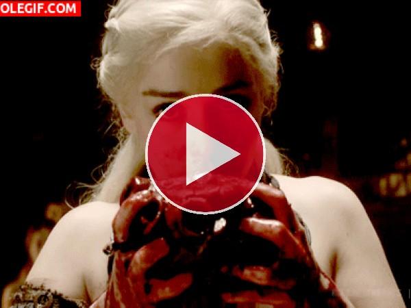 GIF: Daenerys Targaryen comiendo un corazón