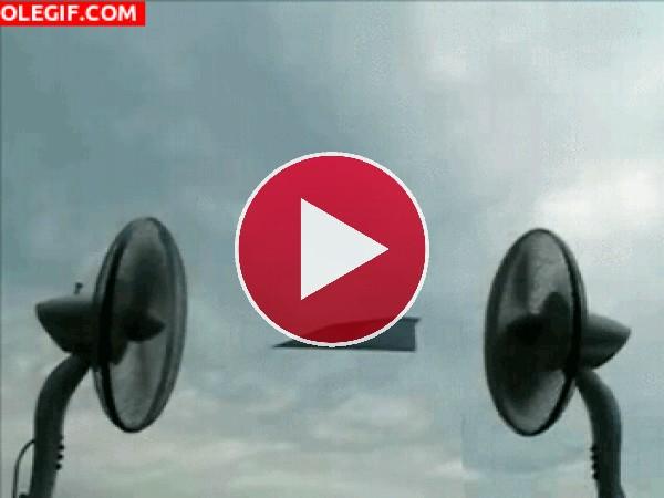 GIF: Avión de papel suspendido en el aire