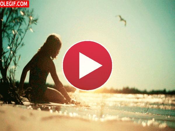 GIF: Sentada a orillas del mar