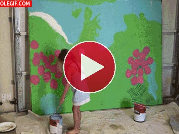 Esta niña está soltando su creatividad