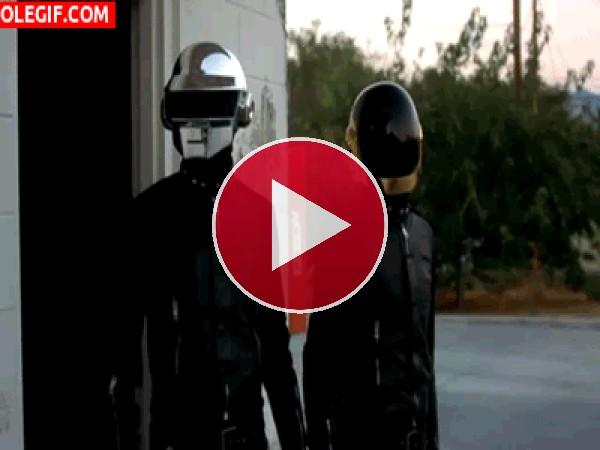 GIF: Daft Punk girando la cabeza
