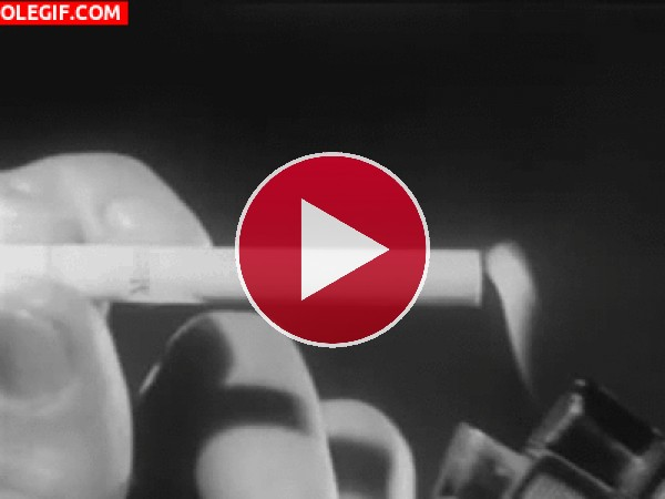 GIF: Encendiendo un cigarrillo