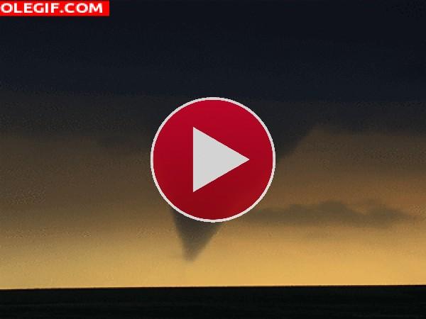 Mira el tornado tocando tierra