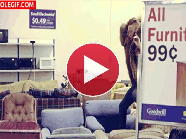 GIF: Cuando voy a Ikea y pruebo los sofás