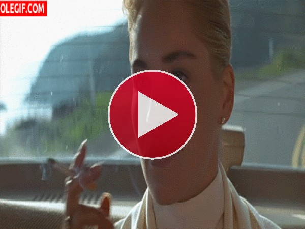 Sharon Stone fumando un cigarrillo