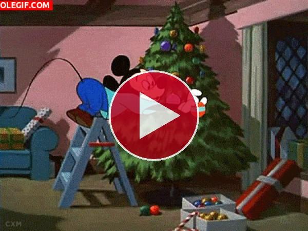 GIF: Mickey Mouse decorando el árbol de Navidad