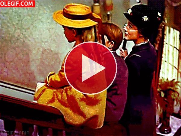 Mary Poppins deslizándose por la barandilla