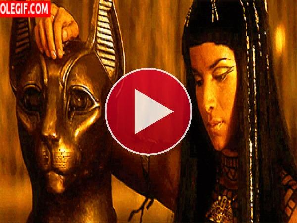 Egipcia con un gato de oro